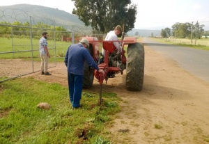 Michael en Oom Eric op Danie Babs se trekker ~ Oom Eric & Michael on Danie Babs tractor